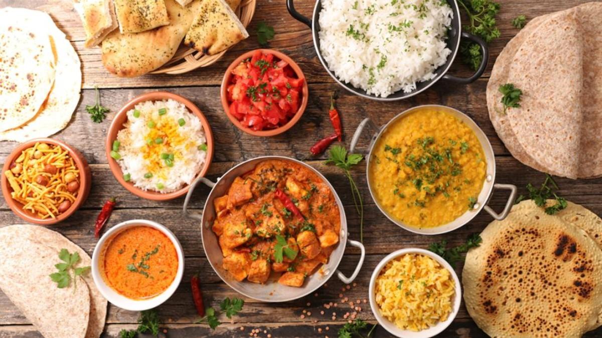 Várias tigelas de comida em uma mesa