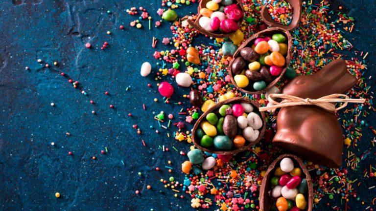 Mesa com diversos pequenos ovos de chocolate
