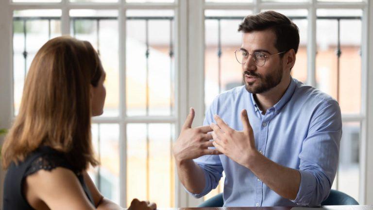 Homem e mulher conversando, trocando conhecimento sobre franquias