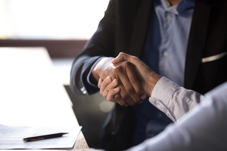 Imagem de um aperto de mãos, simbolizando uma nova oportunidade de negócio