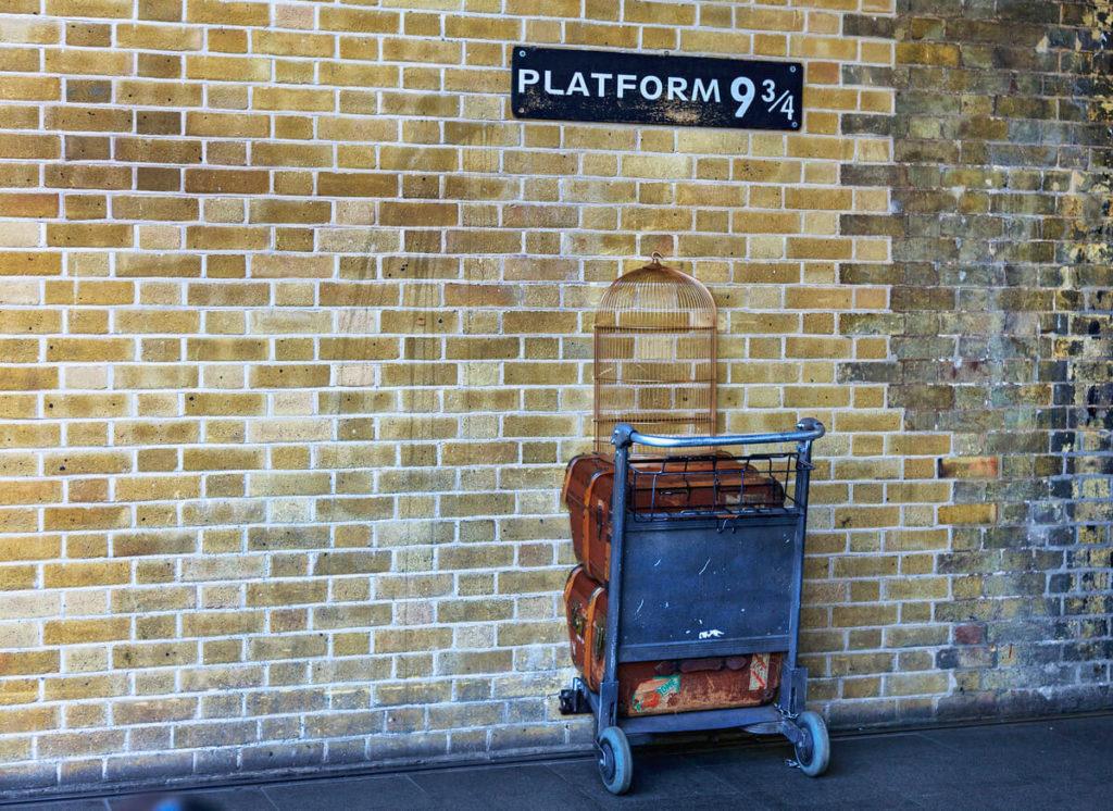 Plataforma 9 3/4, muito conhecida no mundo de Harry Potter, séries de filmes baseado em livros