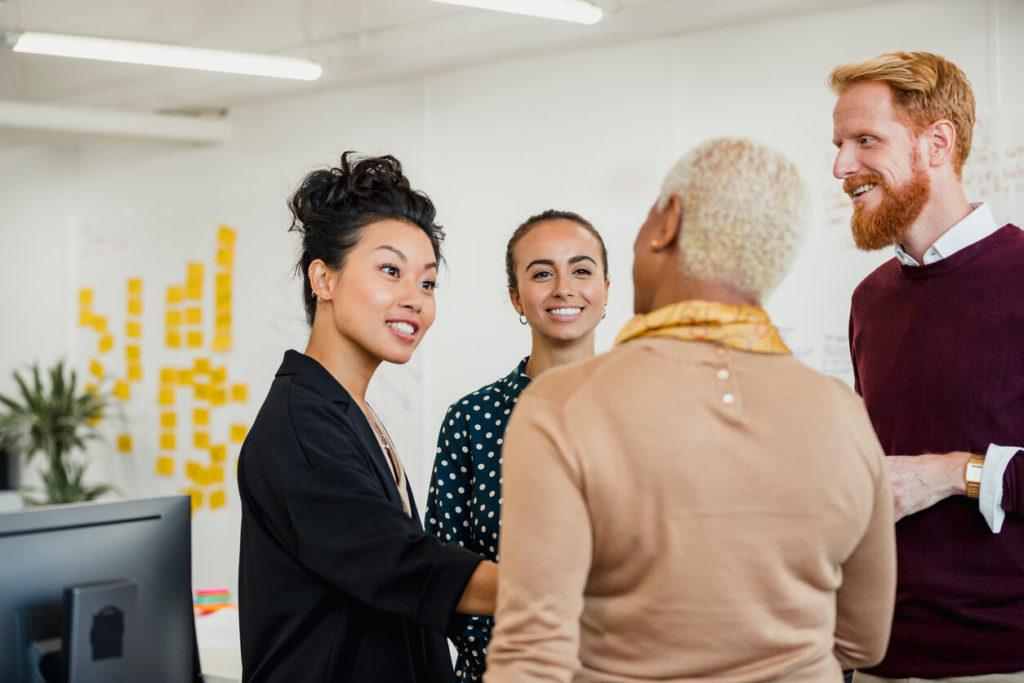 Funcionários conversando e criando um networking
