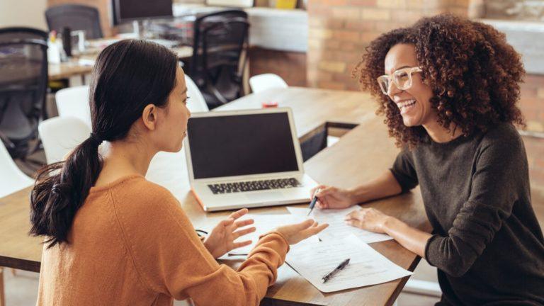 Duas mulheres trocando conhecimentos sobre o mercado de franquias