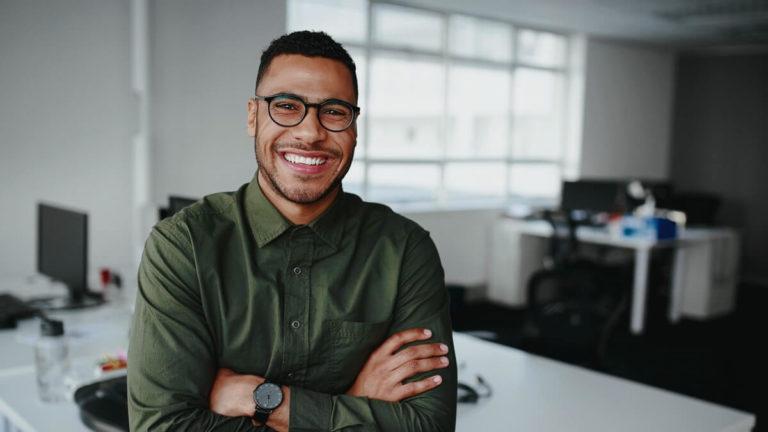 Homem jovem buscando ser um multifranqueado