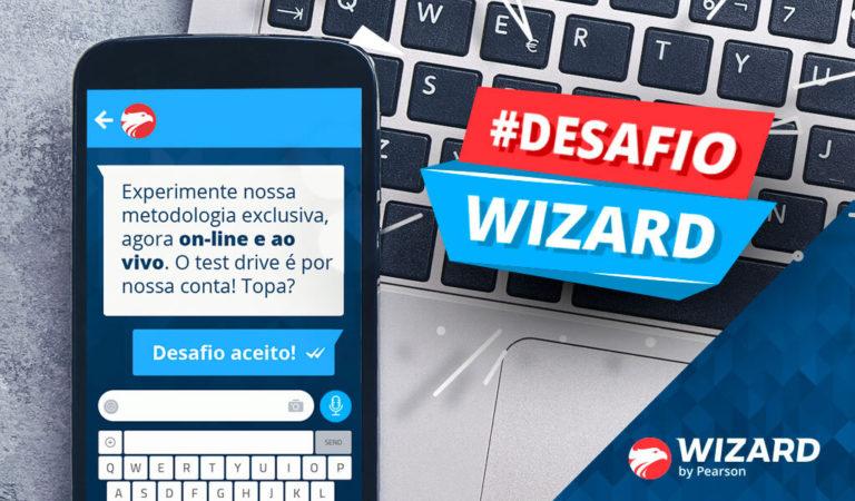 Um smartphone sobre um notebook com a chamada #DesafioWizard