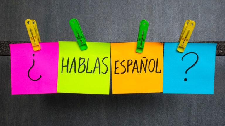 """Varal com post its que formam a frase """"hablas español?"""""""