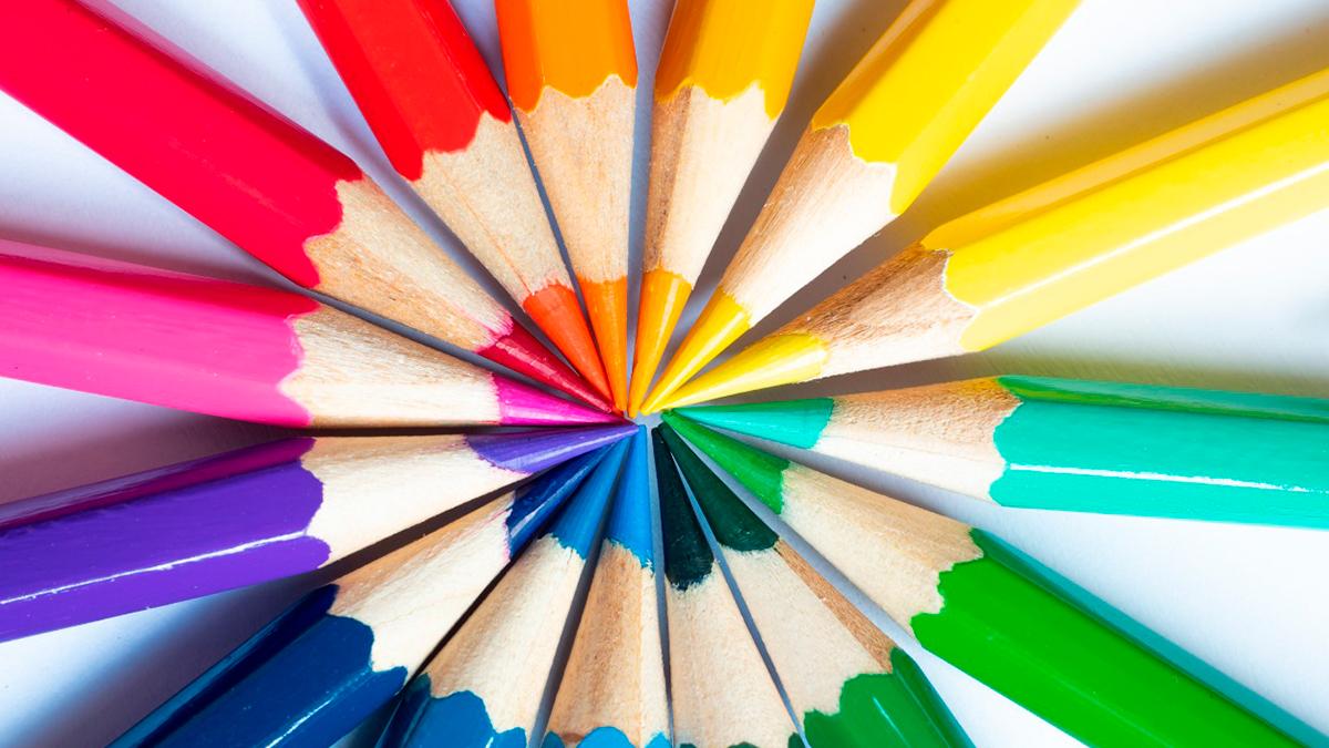 Pontas de lápis de diversas cores diferentes formando um circulo