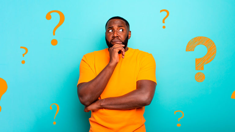 Homem negro com camiseta laranja, uma mão ao rosto e com expressão de dúvida, ao redor dele tem diversas ilustrações de ponto de interrogação