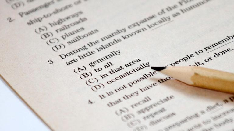 Alternativas de uma prova de inglês e um lápis