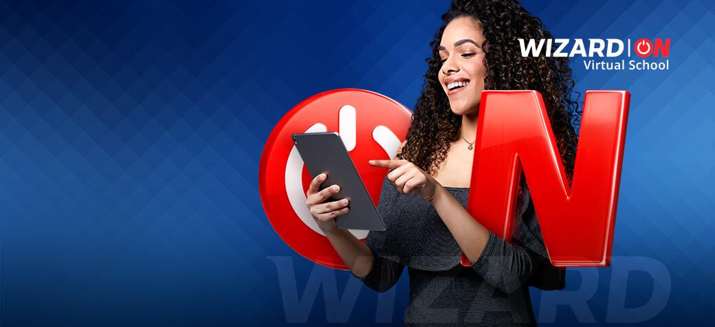 Mulher de cabelos escuros cacheados sorrindo com um tablet na mão posicionada entre as letras ON