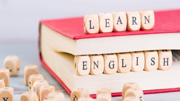 """Pequenos blocos de madeira formando a frase """"learn english"""""""