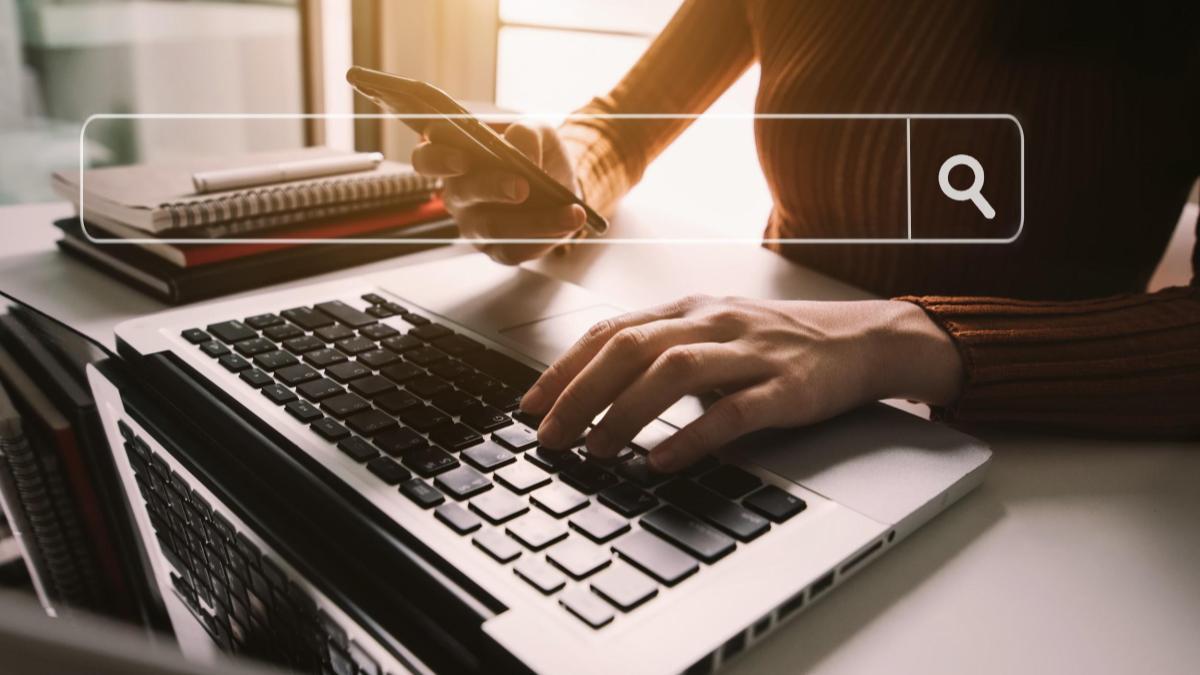 Mãos feminina digitando em um teclado de notebook
