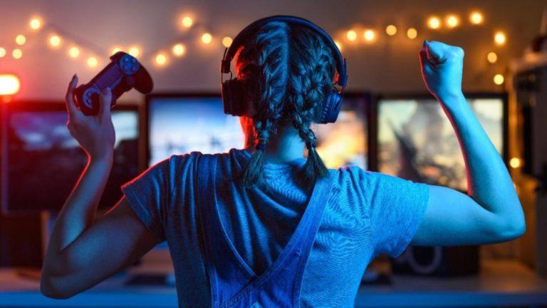 Mulher de costas comemorando com fone de ouvido e controle de videogame nas mãos