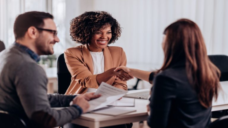 Reunião de conversa profissional com duas mulheres e um homem