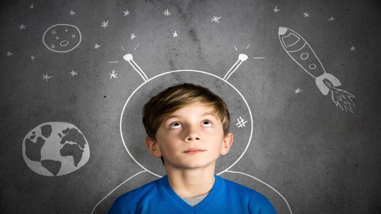 Torso de um garoto olhando pra cima e ao redor dele há ilustrações de planetas e foguetes