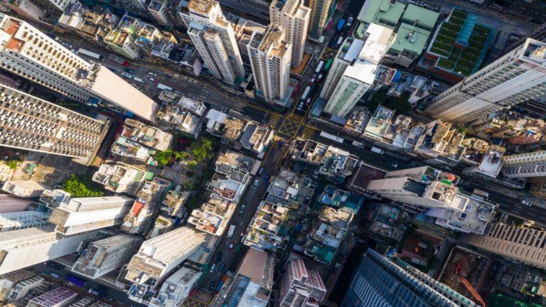 Vista aérea de prédios e avenidas