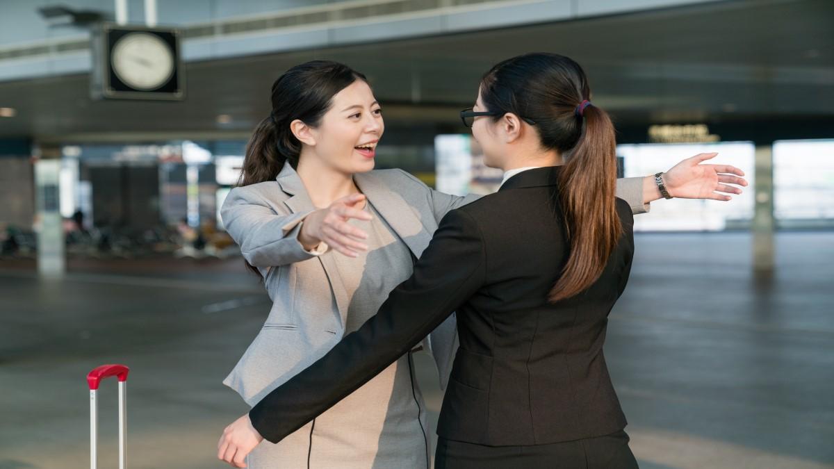 Duas amigas em direção de se abraçarem