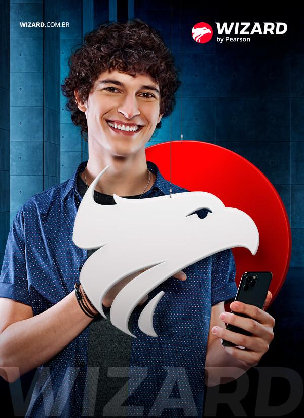 Homem branco com cabelo cacheado sorrindo e segurando celular entre o logo da Wizard