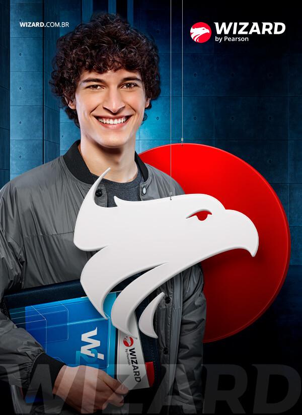 Homem branco com cabelo cacheado sorrindo e segurando o livro da Wizard com a mão direita entre o logo da Wizard