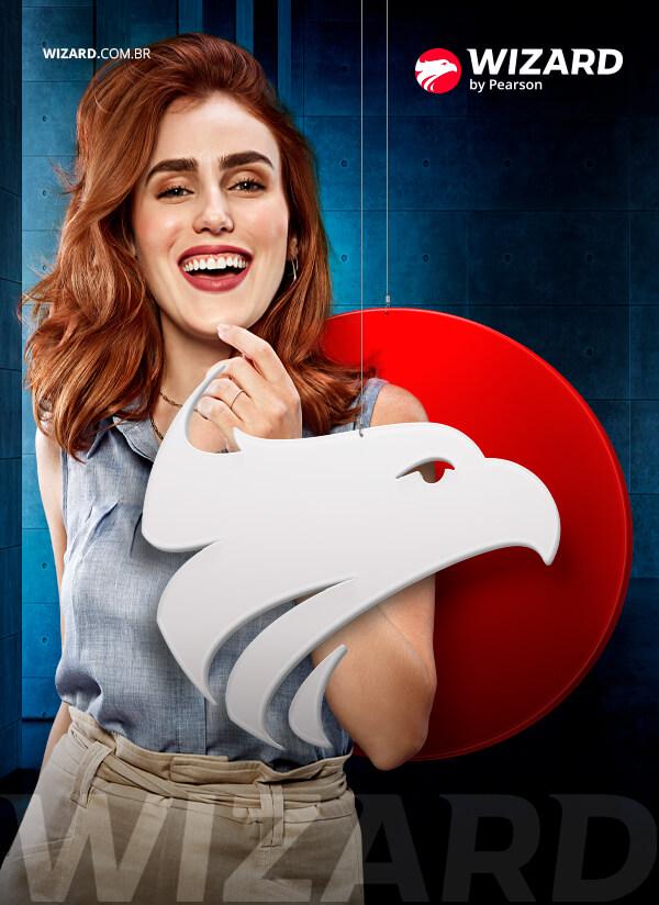 Mulher ruiva sorrindo entre o logo da Wizard.