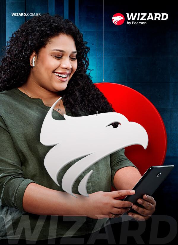 Mulher negra com cabelo cacheado usando fone de ouvido e segurando um tablet