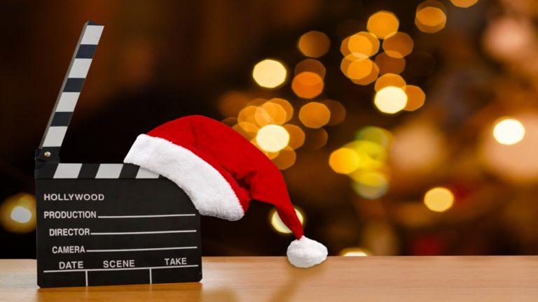 Uma placa usada em gravações de filme e decoração natalina ao fundo