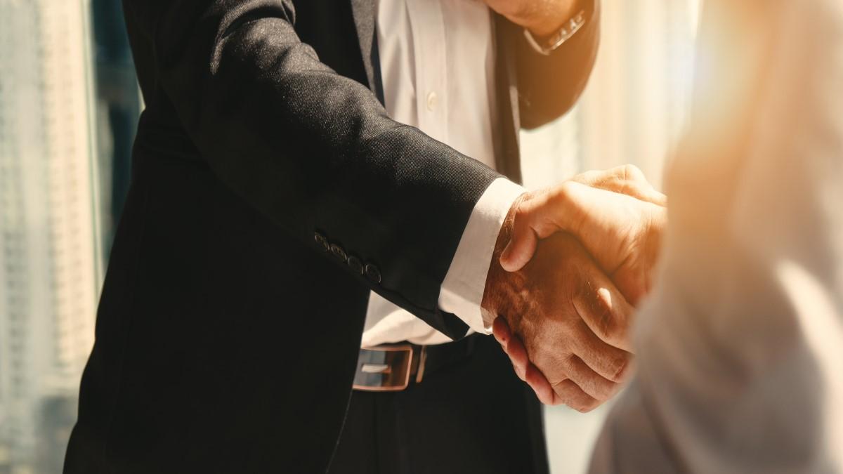 Duas mãos masculinas se cumprimentado