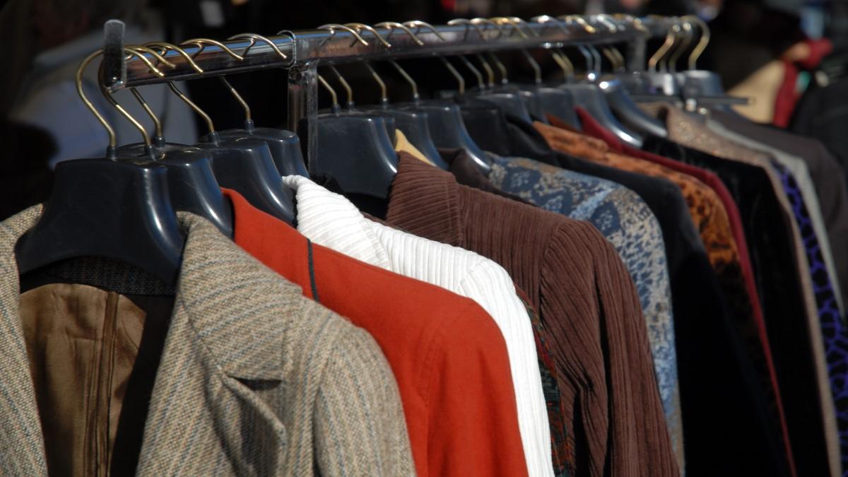 Arara de roupas com paletós de diversas cores pendurados
