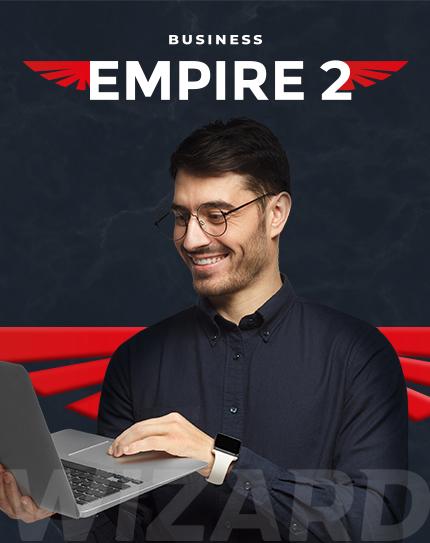 Rapaz de óculos sorrindo com o notebook em suas mãos