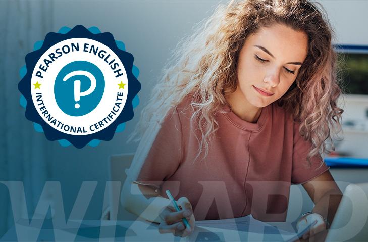 Mulher com uma folha em mãos na qual refere-se a prova PEIC em busca da certificação de proficiência em Inglês