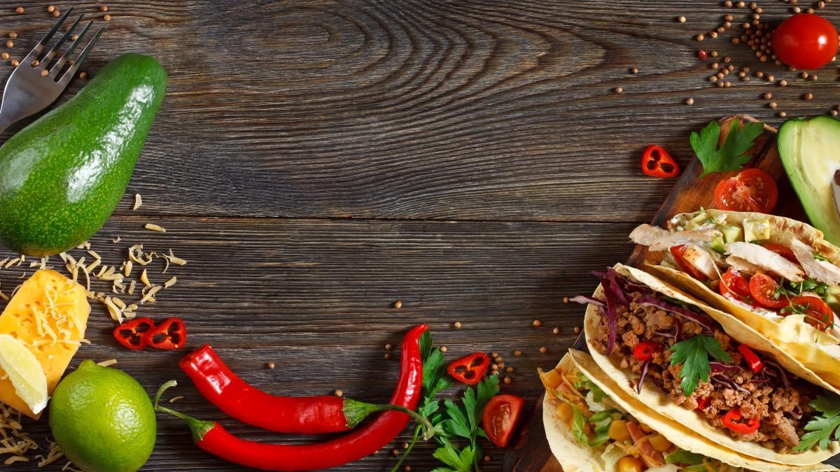 Pratos mexicanos em cima de uma mesa de madeira