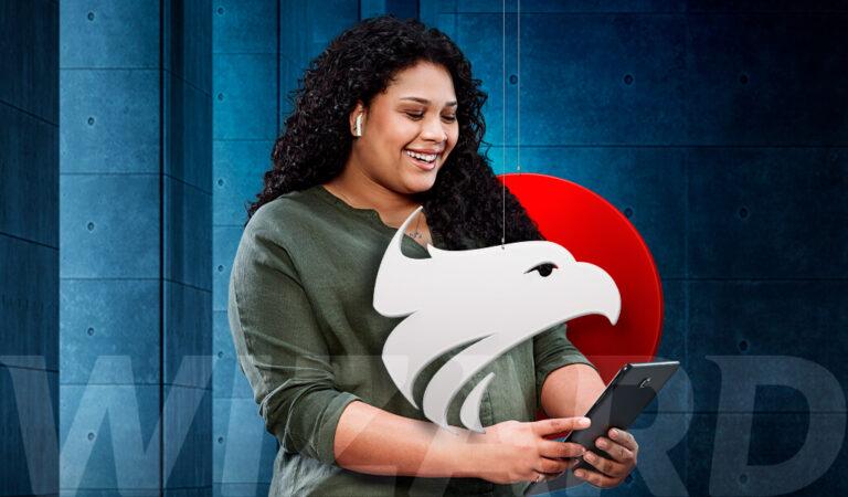 Mulher negra segurando o celular em suas mãos com brasão Wizard em sua frente