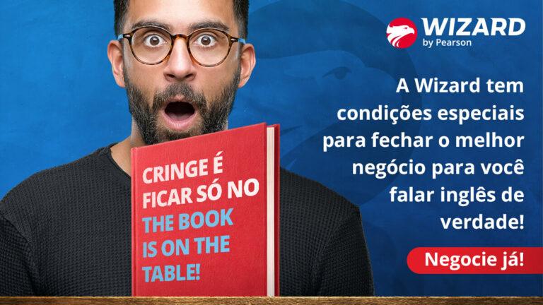 Homem de boca aberta com uma capa de livro na sua frente escrito 'cringe é ficar só no the book is on the table!'