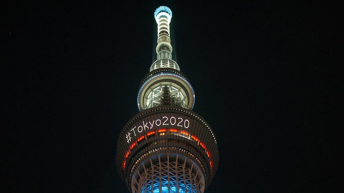 Monumento iluminado com o escrito Tokyo 2020