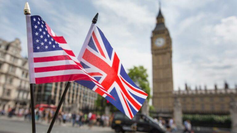 Bandeira norte-americana e britânica na frente do Big Ben em Londres