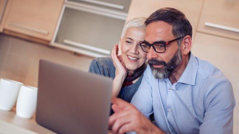 casal de investidores pesquisa em um notebook qual é a melhor franquia para investir