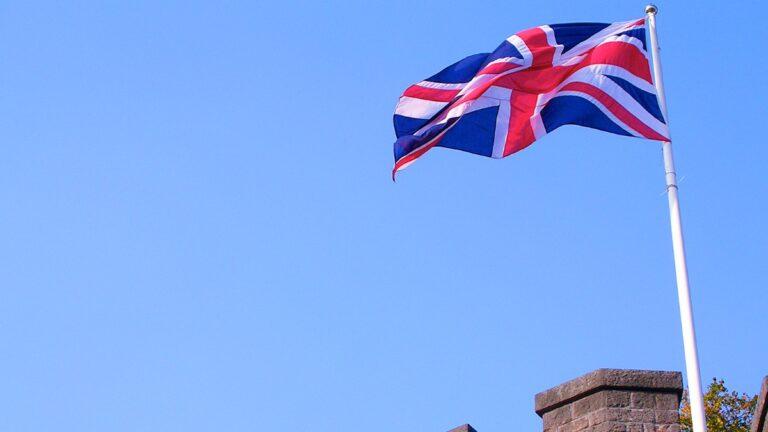 bandeira-da-inglaterra-tremula-no-ceu-azul