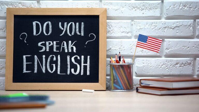 um quadro negro escrito do you speak english? para saber os níveis de inglês