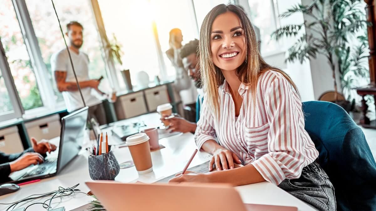 Moça trabalhando a frente de um notebook em sua franquia de negócios