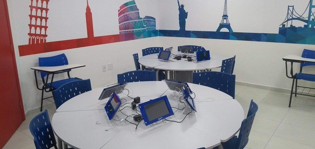 Sala de aula de idiomas Wizard com mesas, cadeiras e tablets