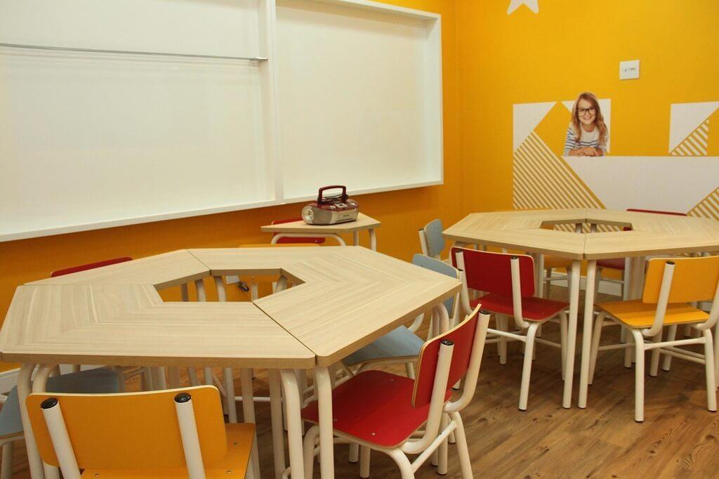 Sala de aula de inglês para crianças da Wizard com mesas e cadeiras infantis