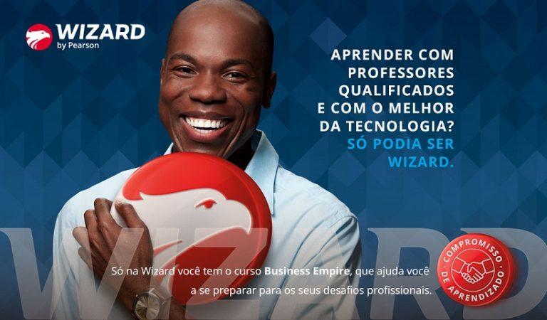 Homem negro segurando brasão Wizard Idiomas