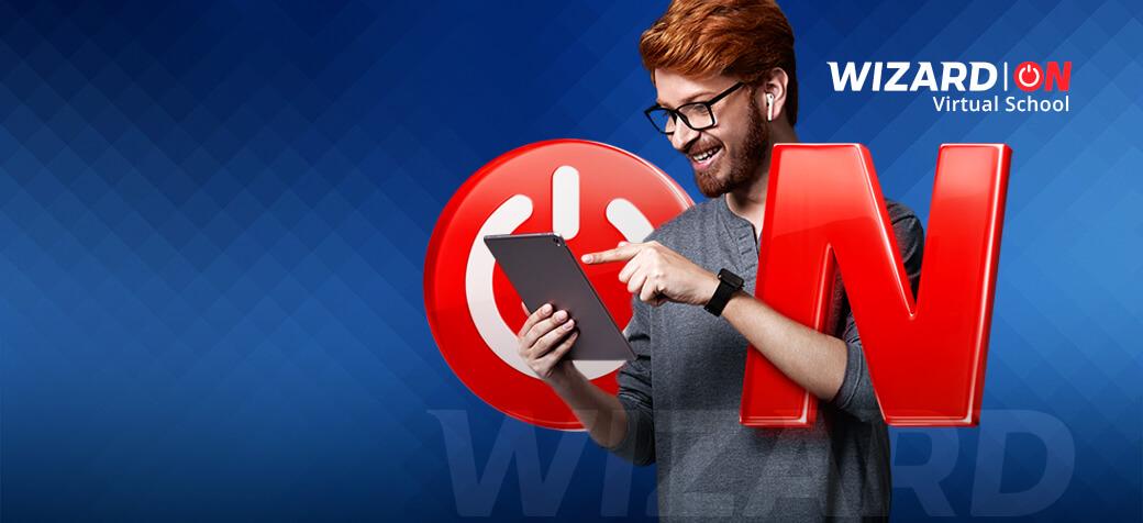 rapaz-de-cabelos-ruivos-de-oculos-sorrindo-com-um-tablet-na-mao-posicionado-entre-as-letras-o-n - Wizard ON